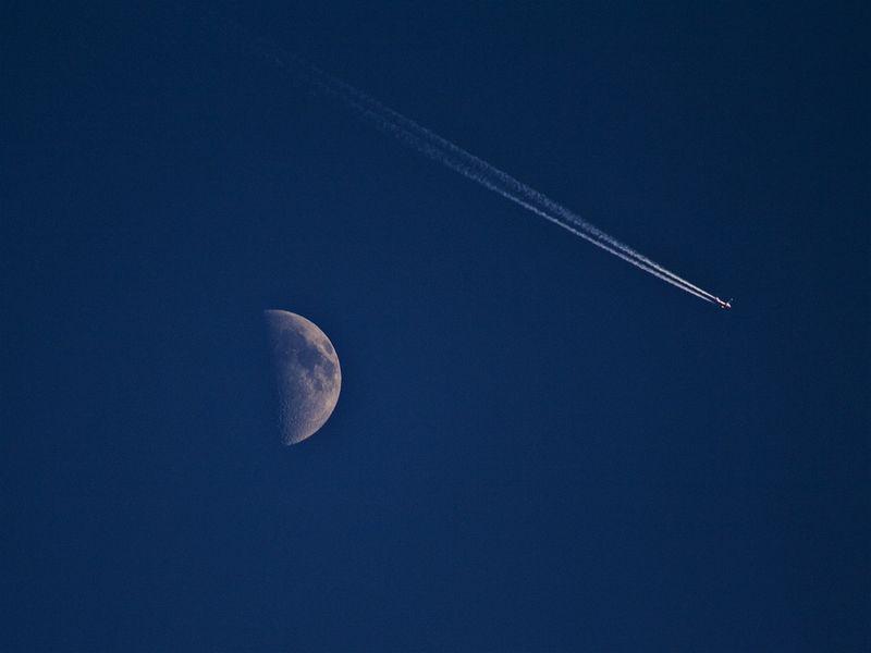 1894 Самолеты на фоне луны и солнца