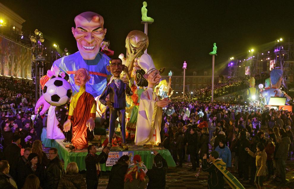 2298 Странные карнавальные платформы с Обамой