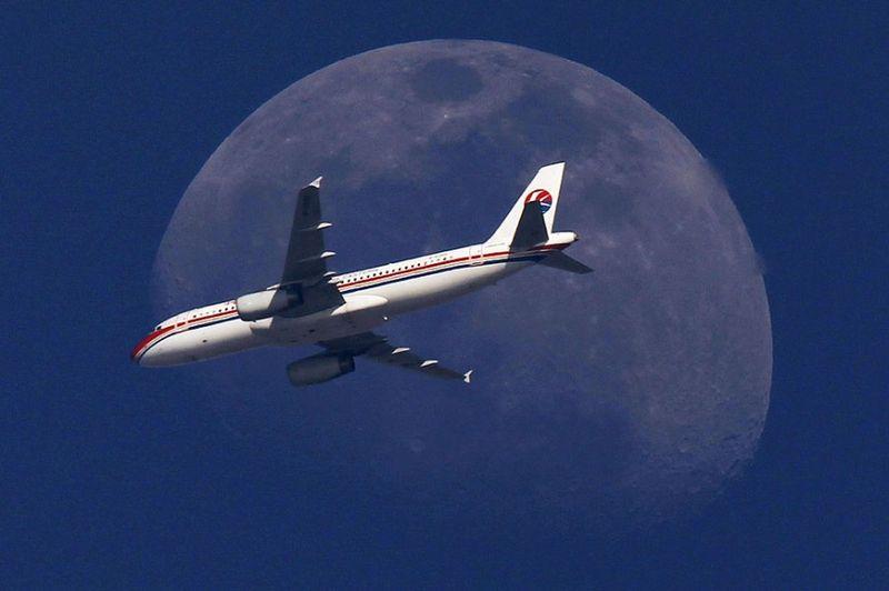2403 Самолеты на фоне луны и солнца