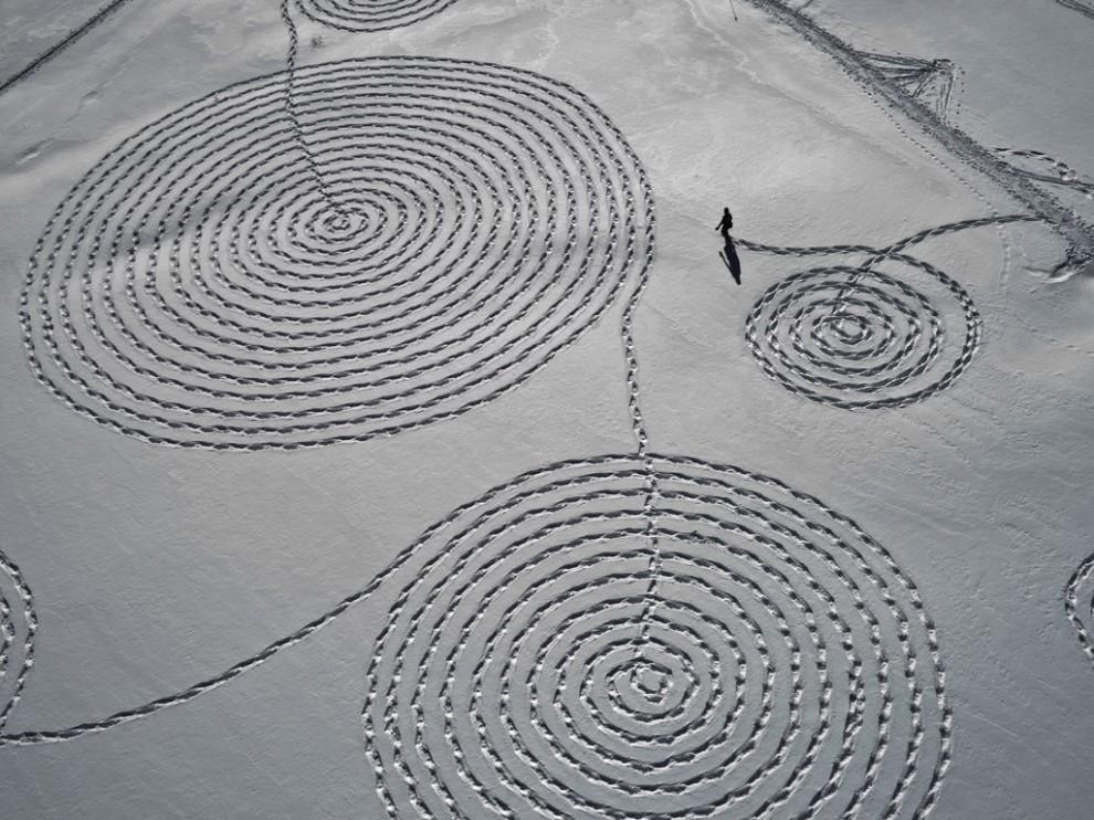 3252 990x742 Снежные картины с помощью снегоступов