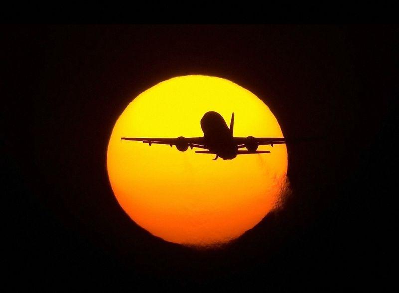 4231 Самолеты на фоне луны и солнца