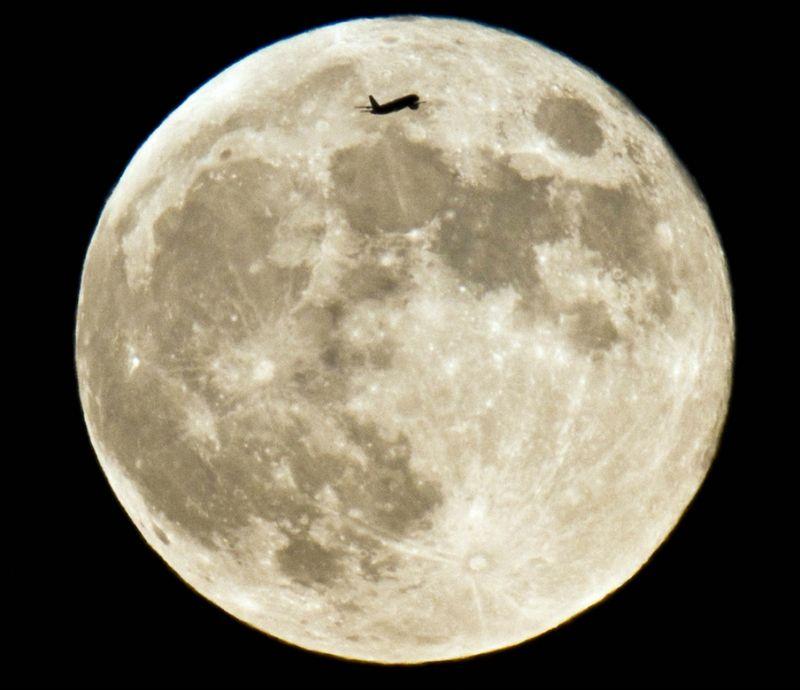 5202 Самолеты на фоне луны и солнца