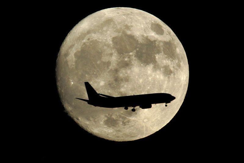6179 Самолеты на фоне луны и солнца