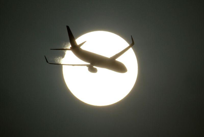 8158 Самолеты на фоне луны и солнца