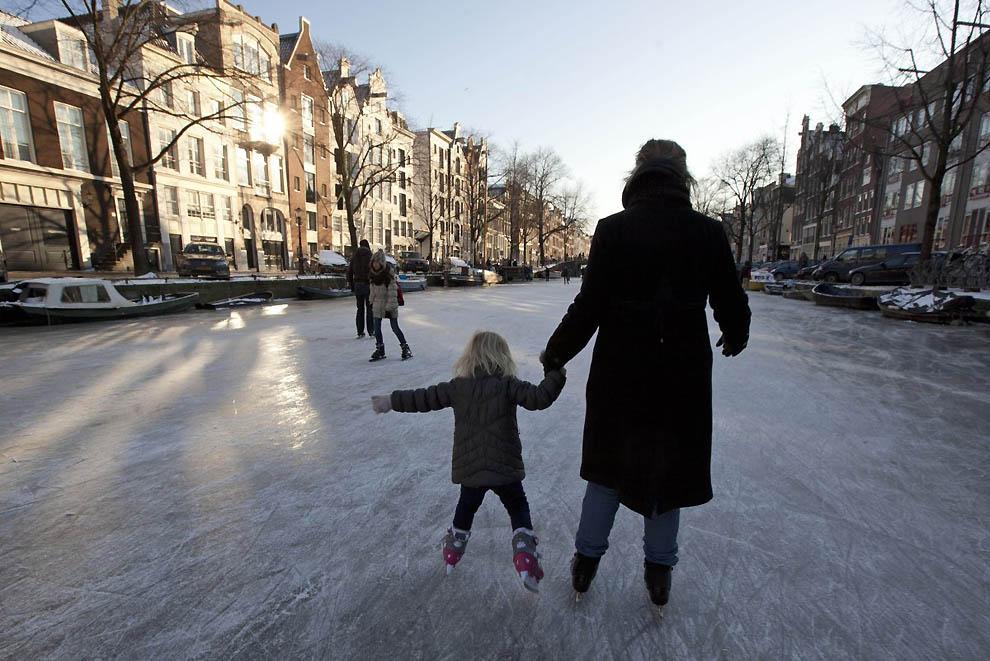 860 Каналы в Голландии превратились в каток
