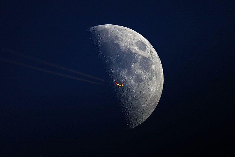 9157 Самолеты на фоне луны и солнца