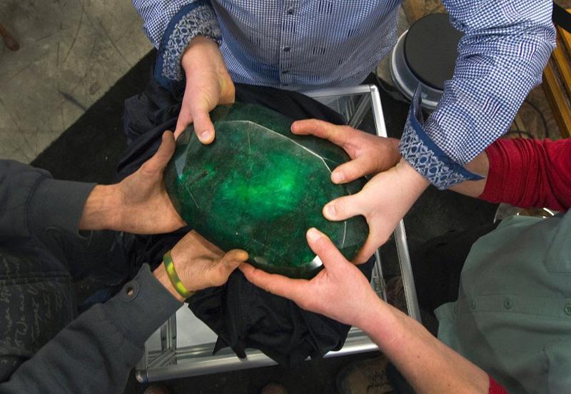 image 309861 galleryV9 qrcs Самый большой в мире изумруд размером с арбуз больше не продается