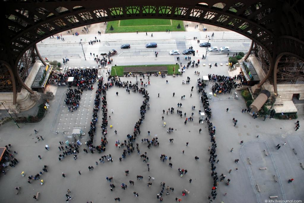 12102 Как выглядит Париж с Эйфелевой башни?