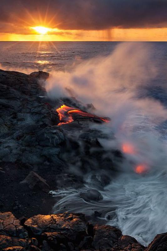 12156 Любитель лавы – фотограф вопасной близости отвулкана наГавайях
