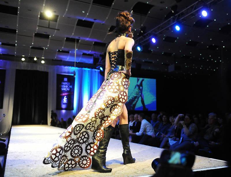 """14.  """"Винтажное """" платье в стиле стимпанк из бумаги.  (Cyrus McCrimmon, The Denver Post) ."""