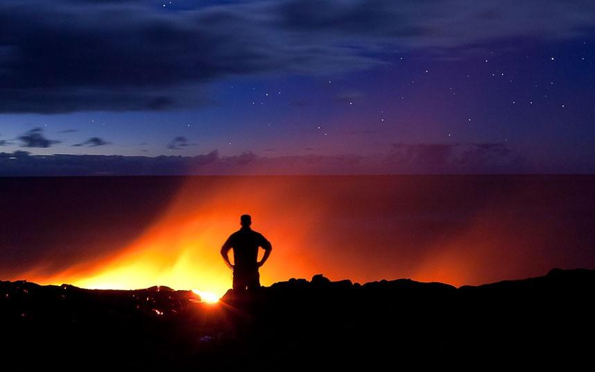 Любитель лавы – фотограф в опасной близости от вулкана на Гавайях