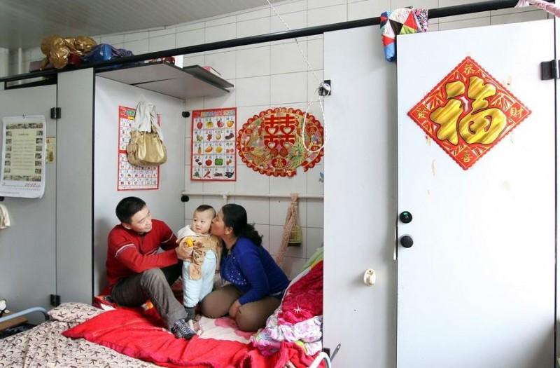 20120314195412354 800x525 Китайская семья шесть лет живёт в туалете