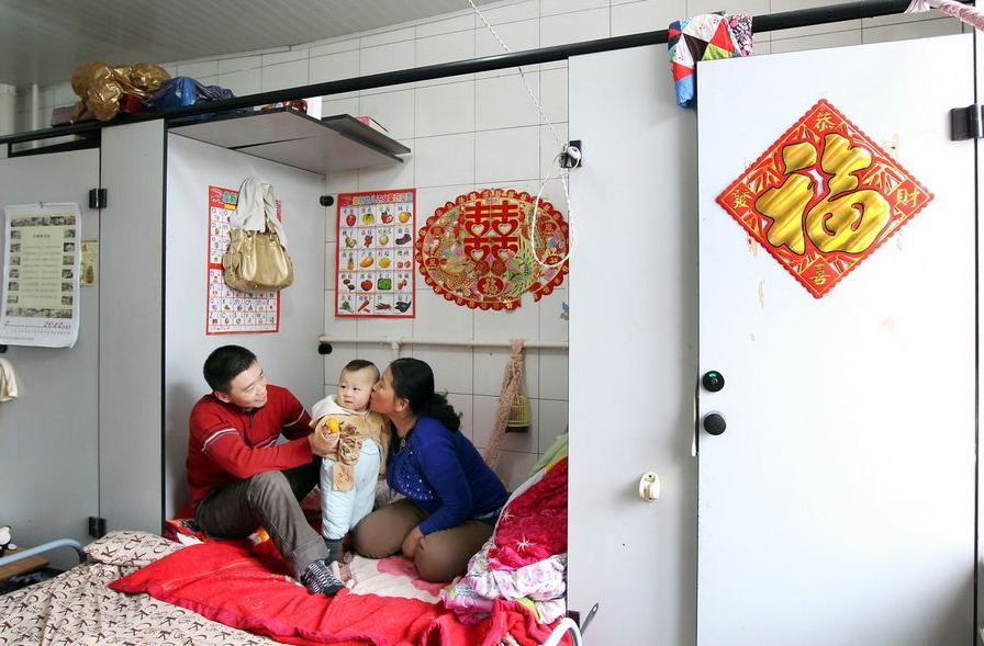 20120314195412354 Китайская семья шесть лет живёт в туалете