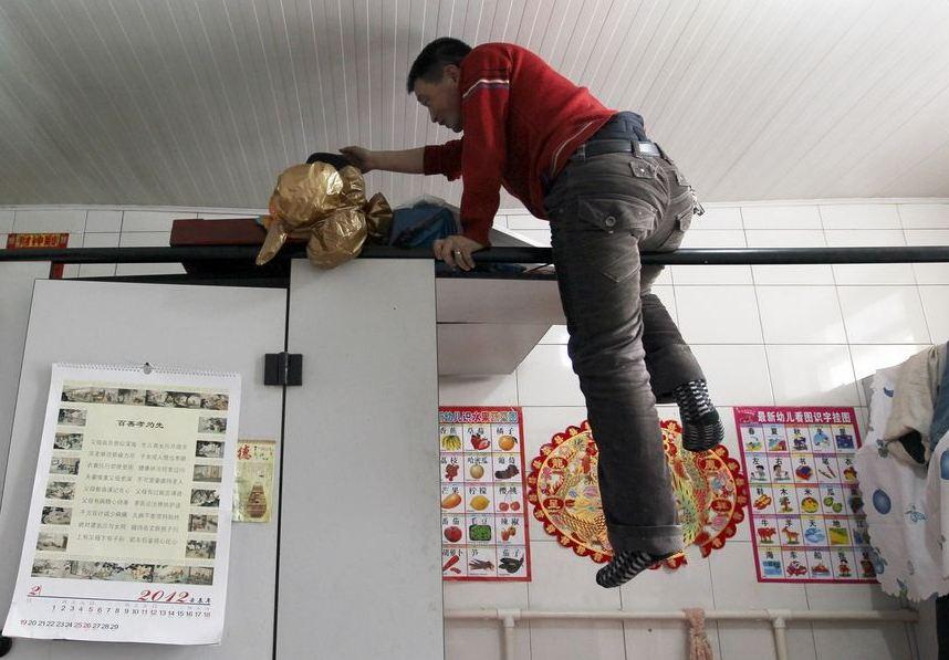 20120314195413140 Китайская семья шесть лет живёт в туалете