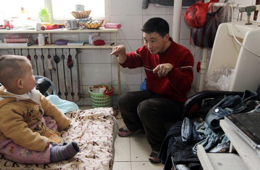 20120314195413673 Китайская семья шесть лет живёт в туалете