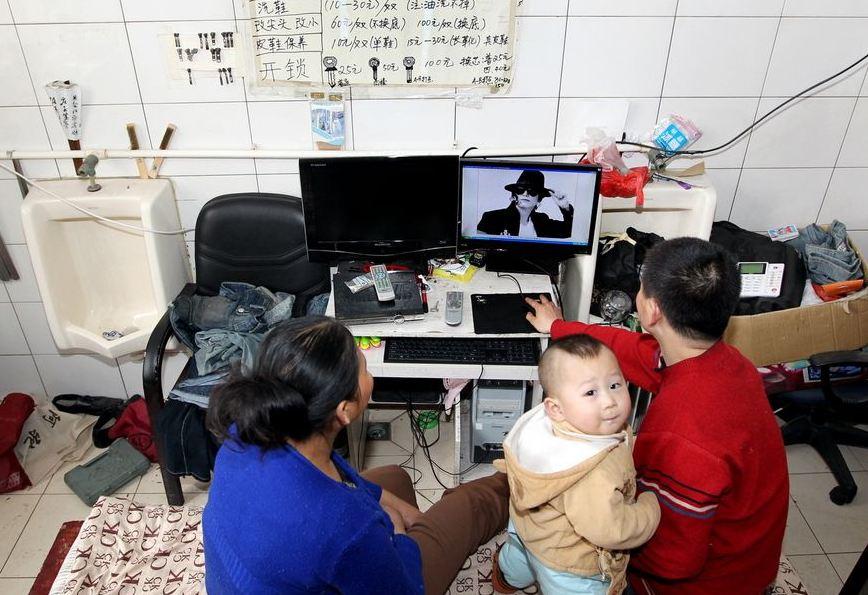 20120314195413957 Китайская семья шесть лет живёт в туалете