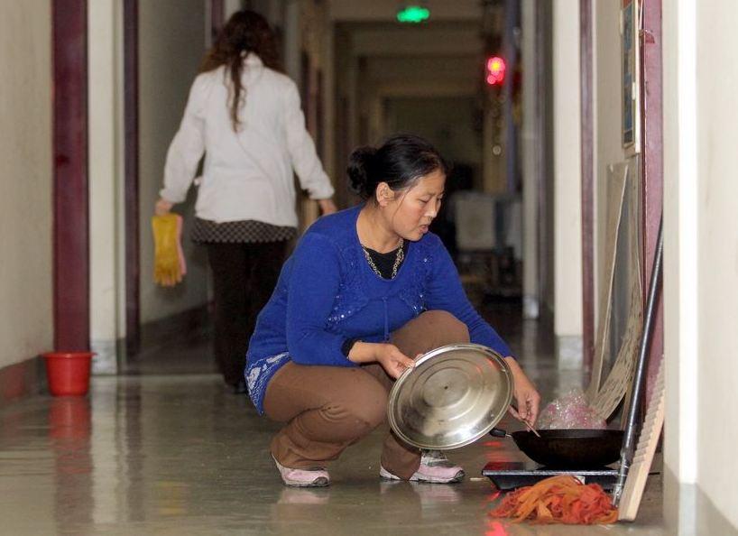 20120314195414364 Китайская семья шесть лет живёт в туалете