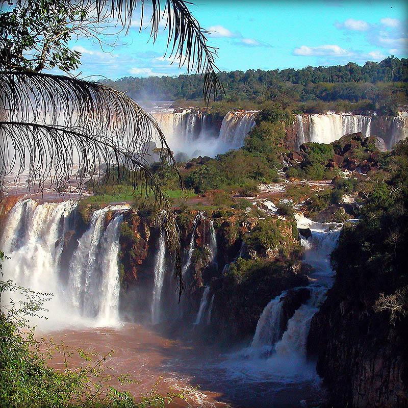 2140 Водопад Игуасу   большая вода на границе двух стран