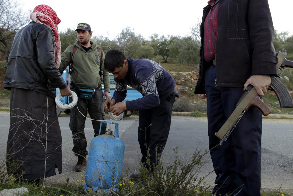 2280 Сирийские повстанцы взрывают дорогу