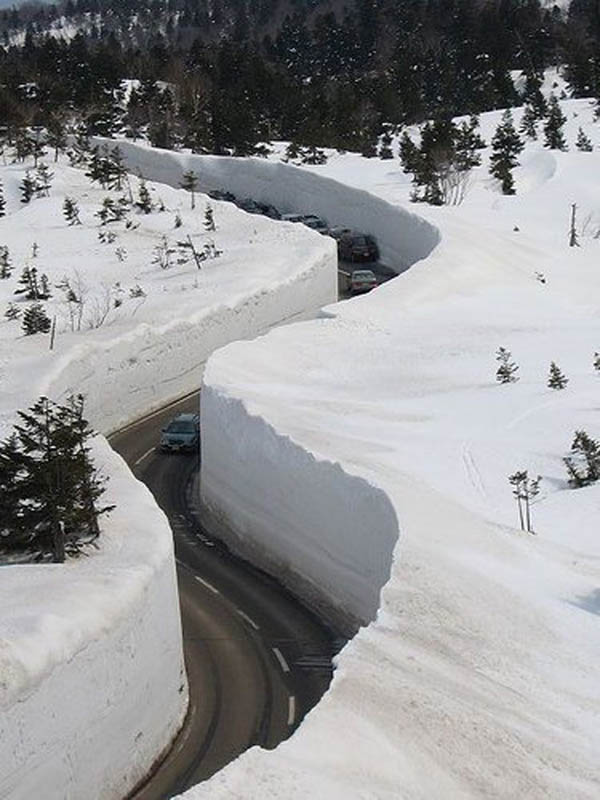2284 Коридор из снега высотой 20 метров
