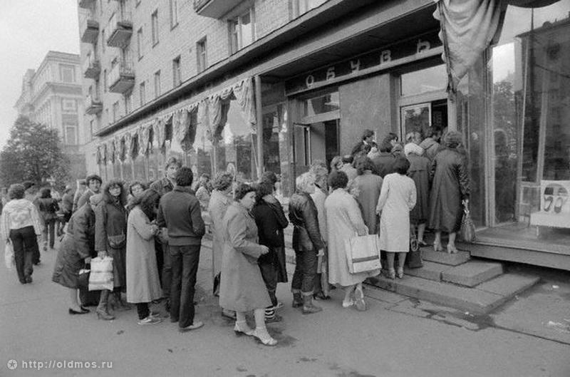 2328 История московской очереди в фотографиях