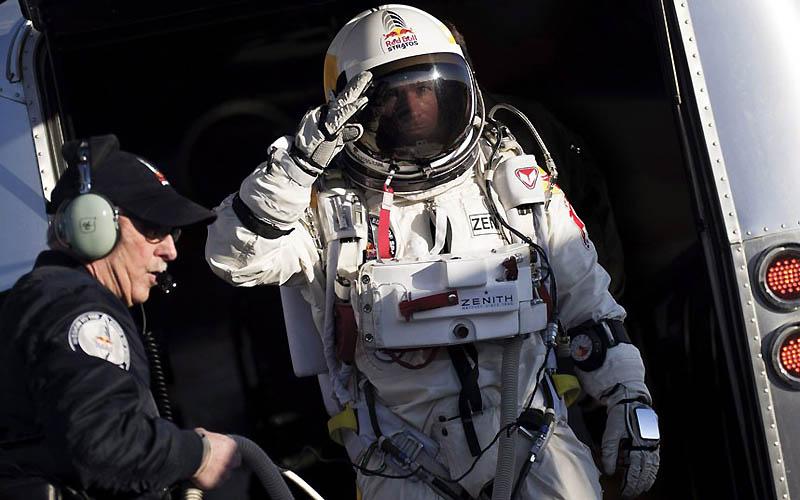 2342 Феликс Баумгартнер готовится к прыжку из космоса