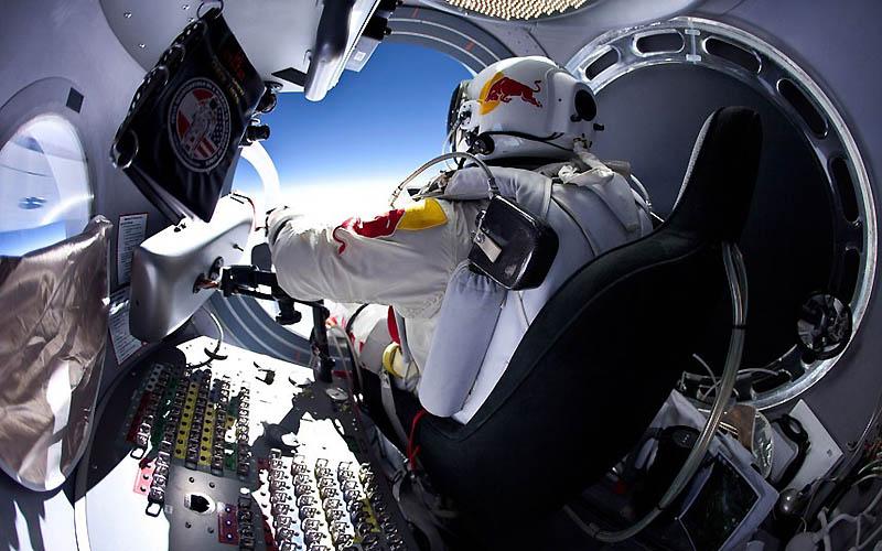 3146 Феликс Баумгартнер готовится к прыжку из космоса