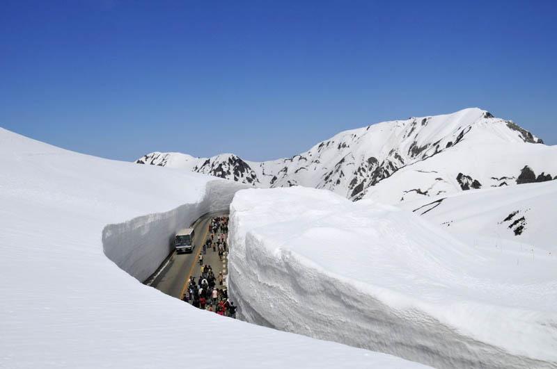 3183 Коридор из снега высотой 20 метров