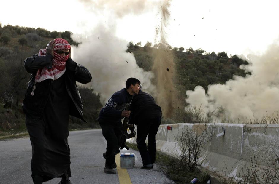 4150 Сирийские повстанцы взрывают дорогу