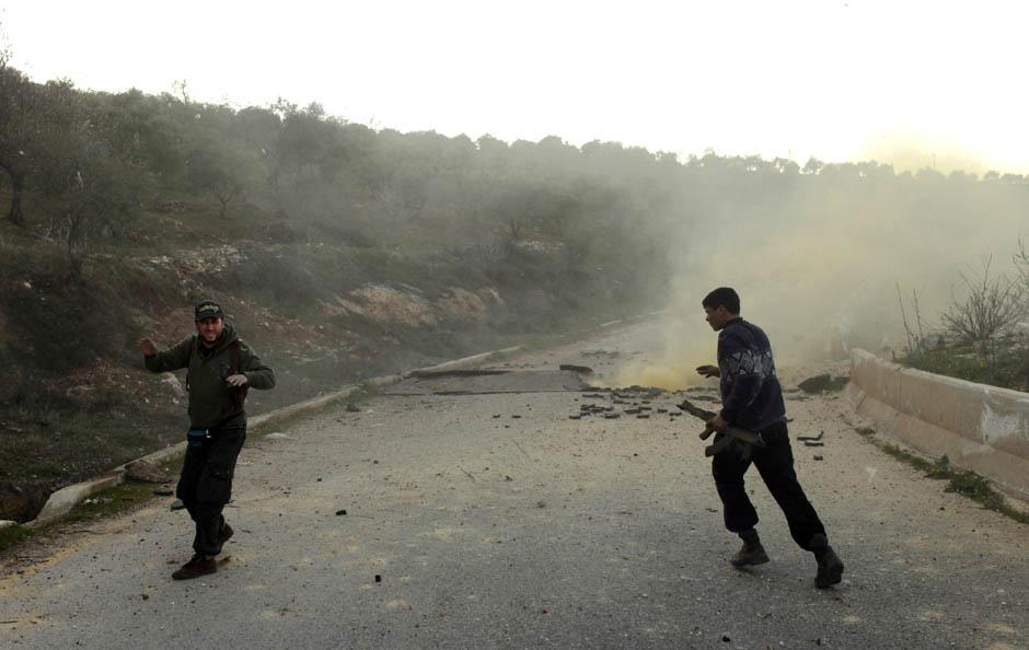 6136 Сирийские повстанцы взрывают дорогу