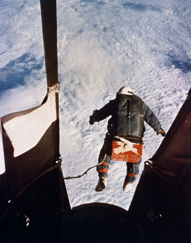 7102 Феликс Баумгартнер готовится к прыжку из космоса