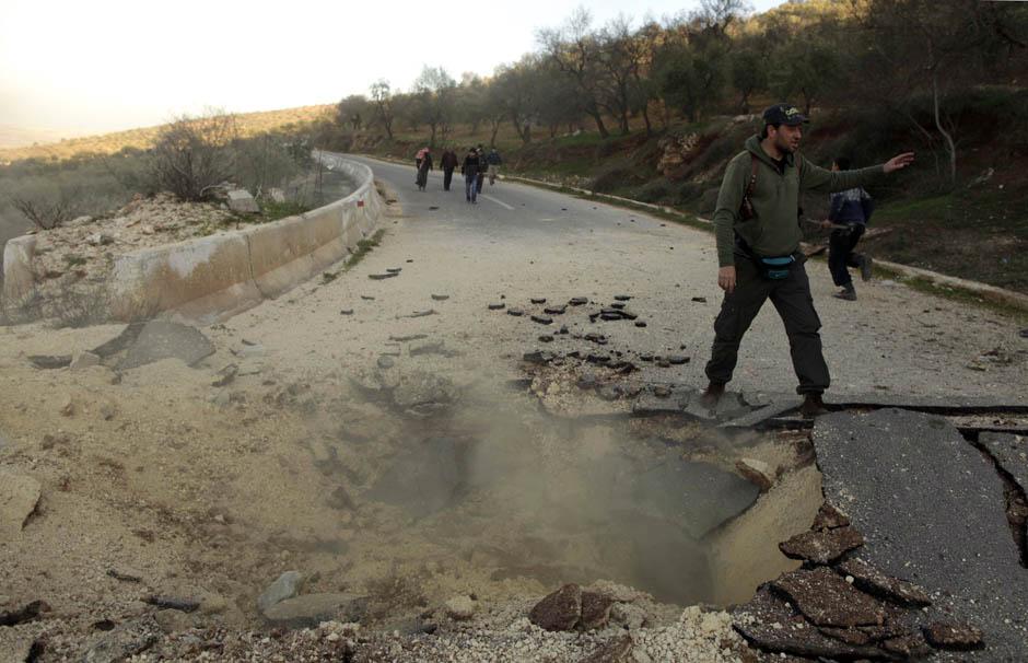 7133 Сирийские повстанцы взрывают дорогу