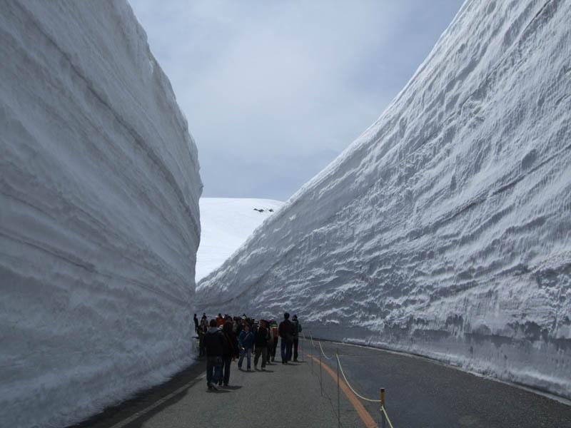 7136 Коридор из снега высотой 20 метров