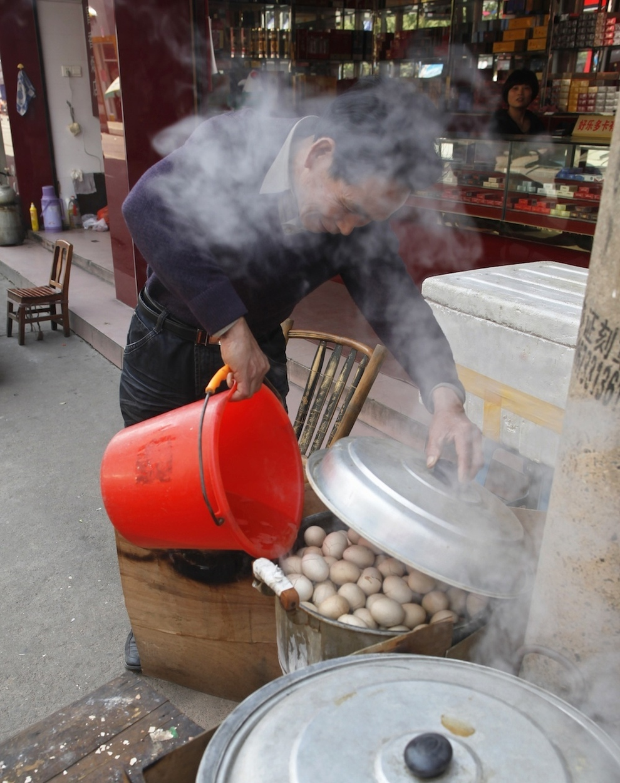 Urine soaked eggs 3 Китайский деликатес   яйца, сваренные в моче девственников