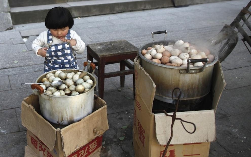 Urine soaked eggs 4 Китайский деликатес   яйца, сваренные в моче девственников