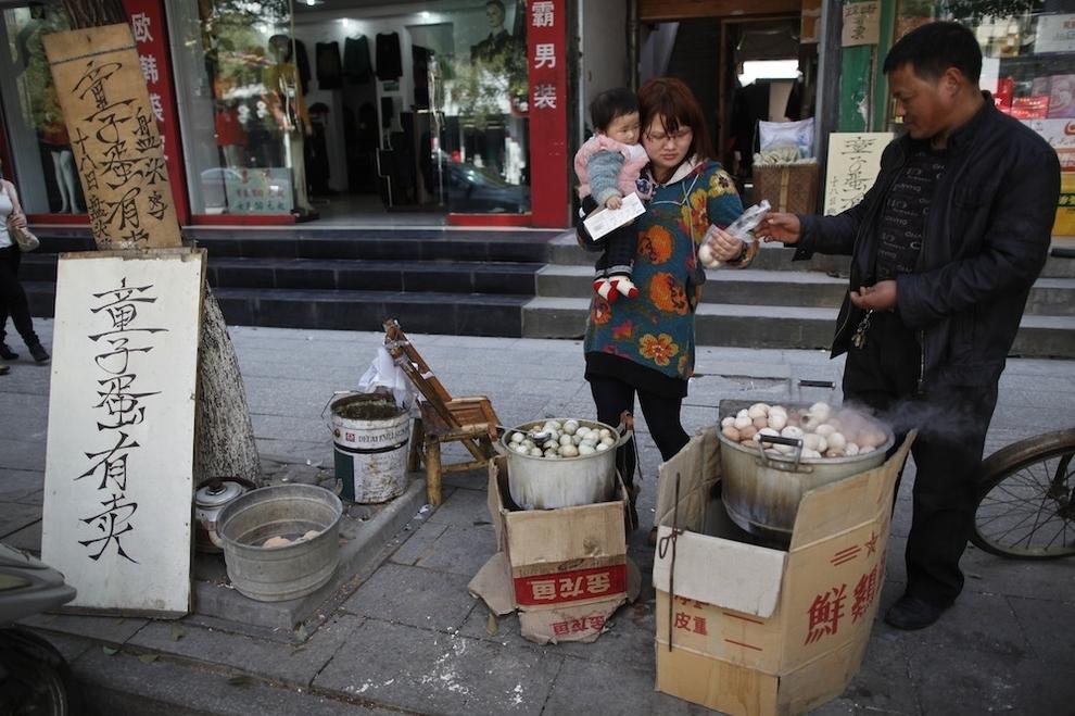 Китайский деликатес – яйца, сваренные в моче девственников