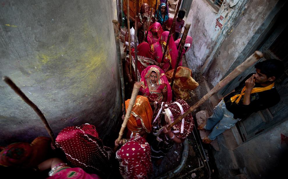 bp141 Фестиваль красок Латхмар Холи в Индии