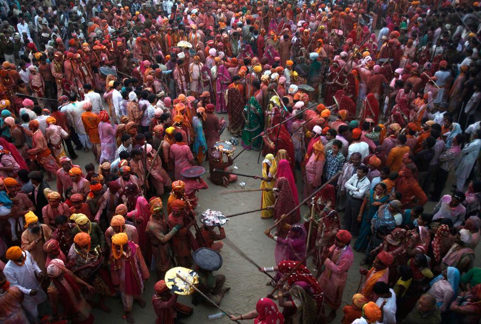 bp201 Фестиваль красок Латхмар Холи в Индии
