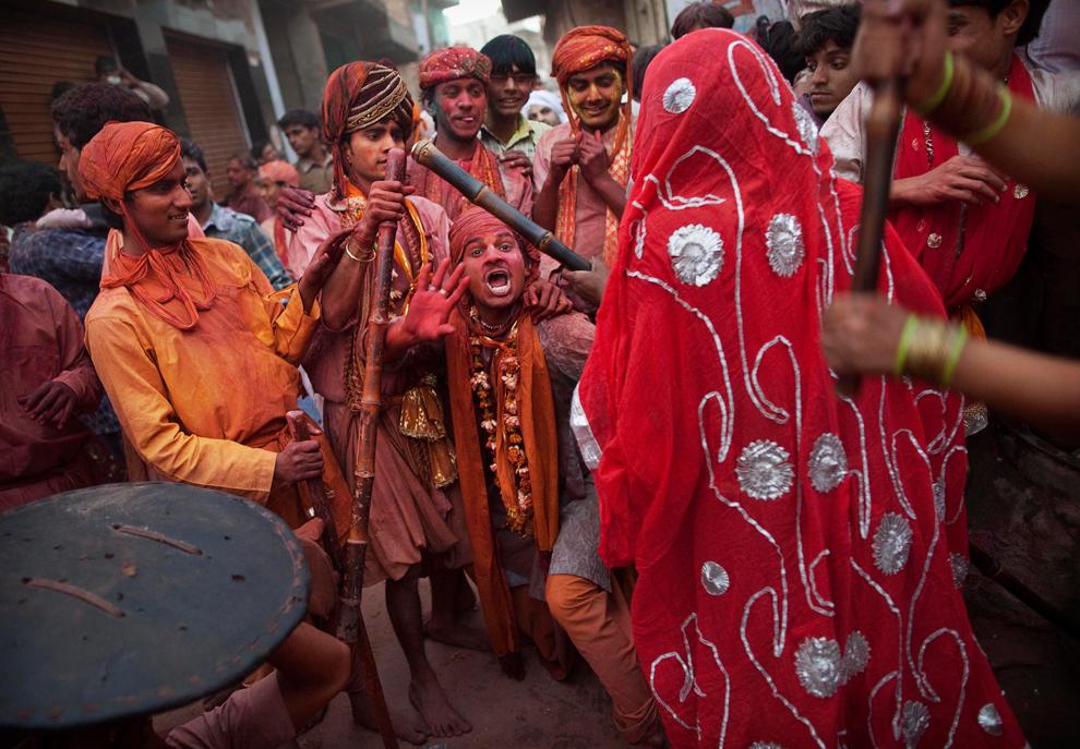 bp81 Фестиваль красок Латхмар Холи в Индии