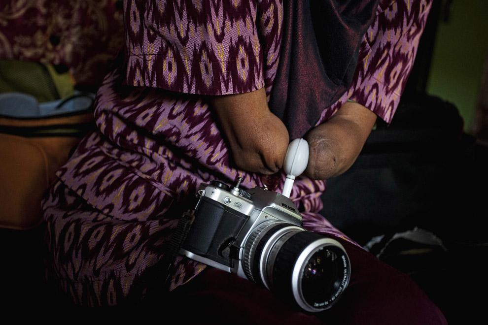 000068c5 Безрукая женщина профессиональный фотограф