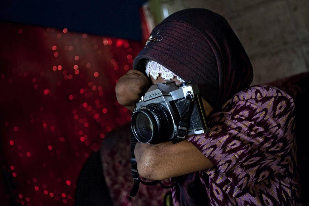 000068c6 Безрукая женщина профессиональный фотограф