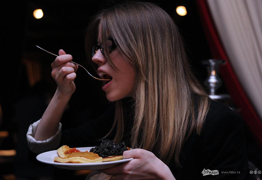 12126 Голодные москвичи сразились в поедании черной икры на скорость