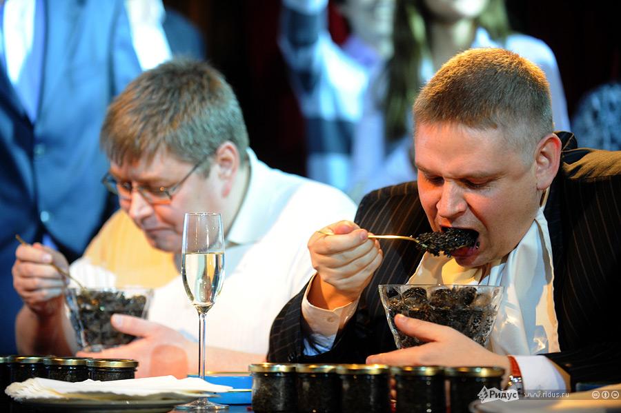 1501 Голодные москвичи сразились в поедании черной икры на скорость