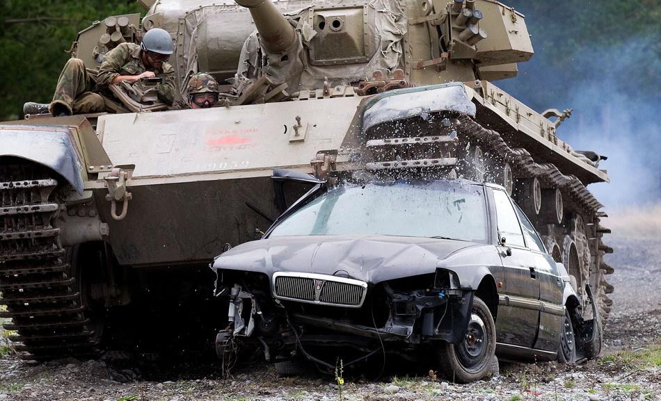 Tanks For Everything pixanews.com 2 Развлечение для настоящих мужчин: езда на танках по машинам