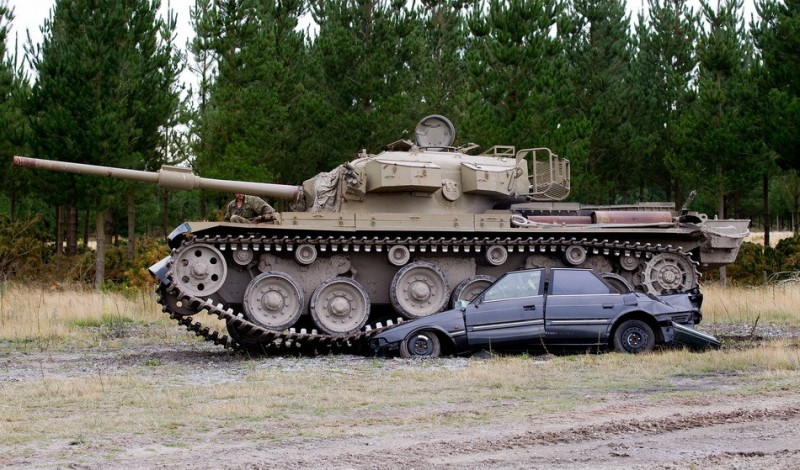 Tanks For Everything pixanews.com 3 800x470 Развлечение для настоящих мужчин: езда на танках по машинам
