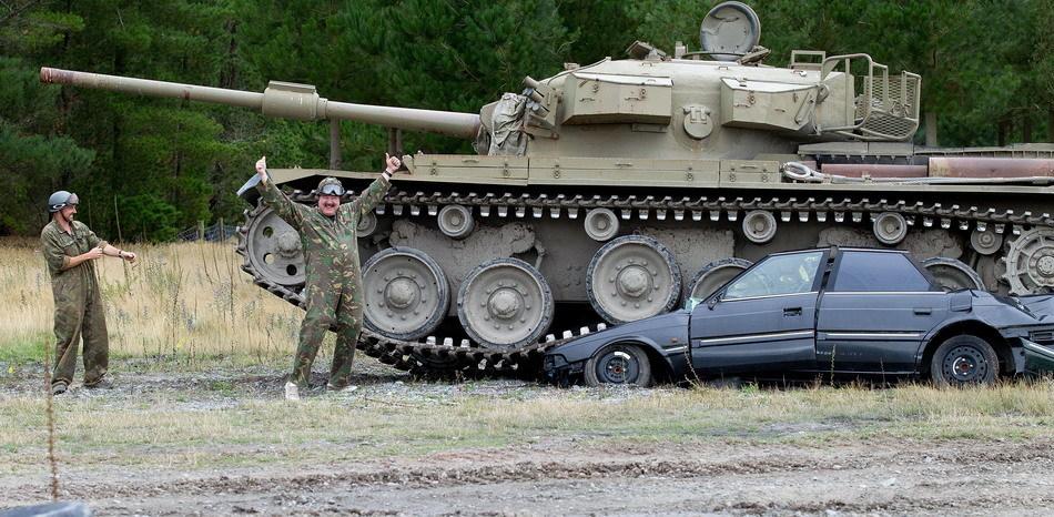 Tanks For Everything pixanews.com 4 Развлечение для настоящих мужчин: езда на танках по машинам