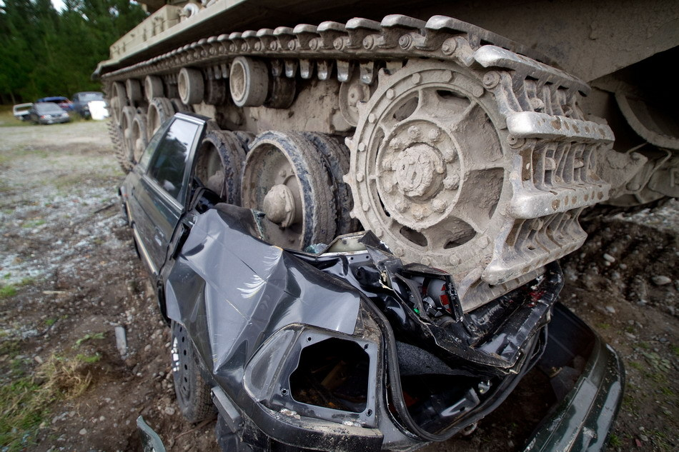 Tanks For Everything pixanews.com 5 Развлечение для настоящих мужчин: езда на танках по машинам