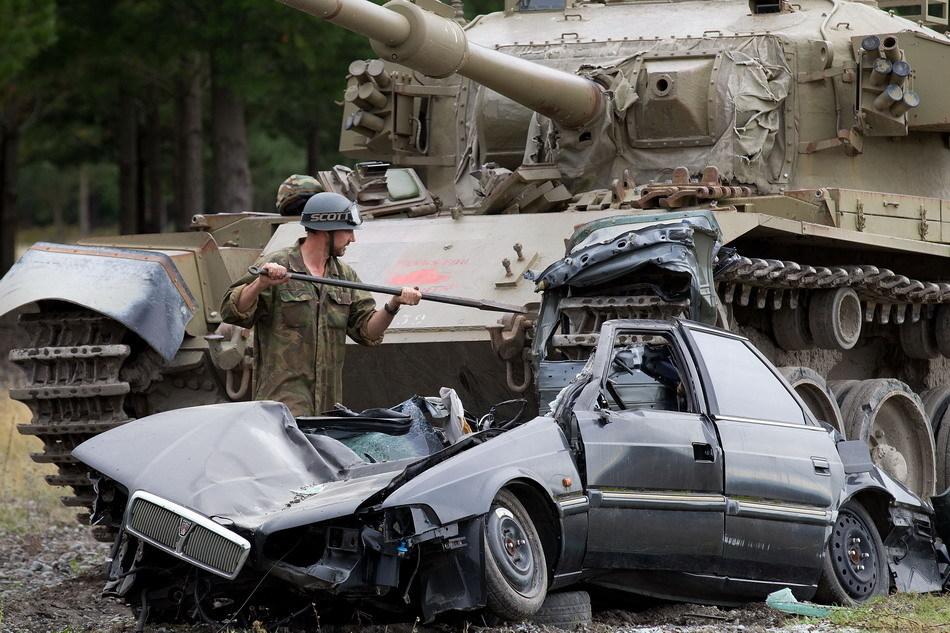 Tanks For Everything pixanews.com 6 Развлечение для настоящих мужчин: езда на танках по машинам