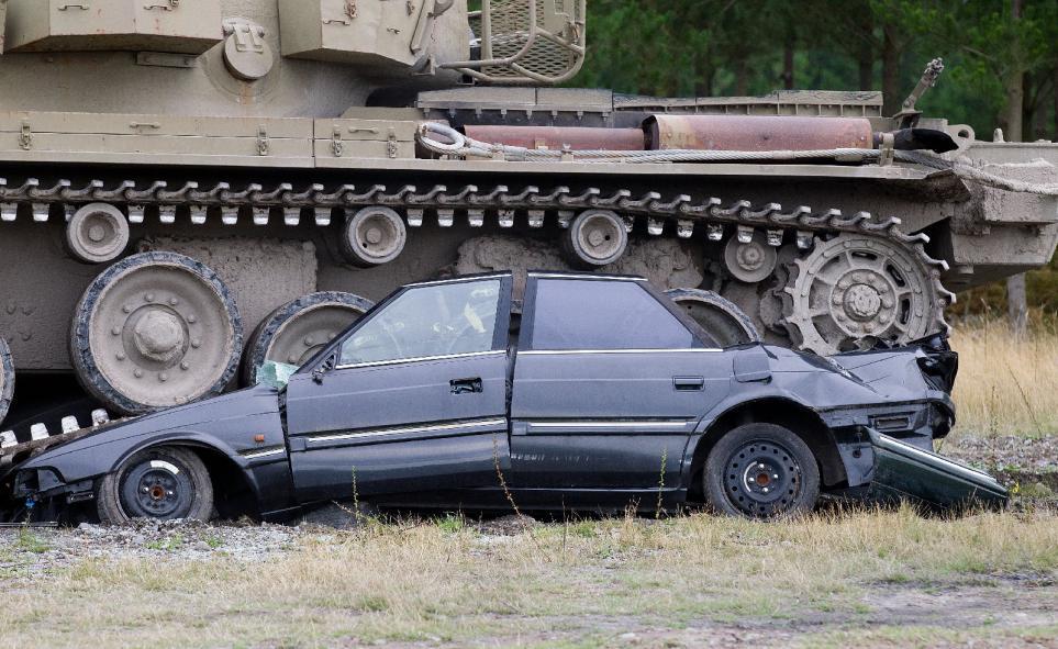 Tanks For Everything pixanews.com 9 Развлечение для настоящих мужчин: езда на танках по машинам