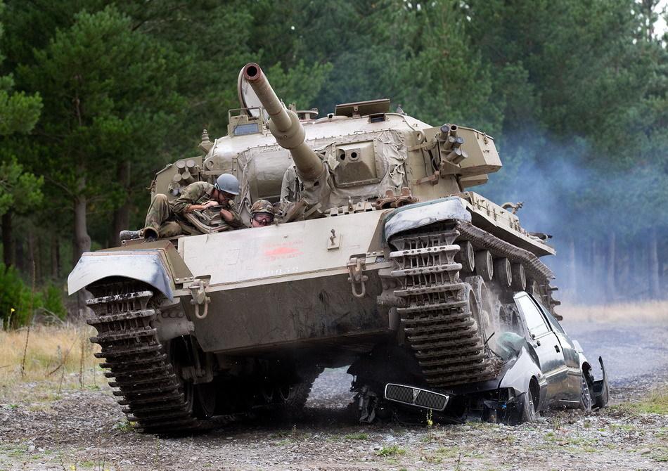 Tanks For Everything pixanews.com  Развлечение для настоящих мужчин: езда на танках по машинам